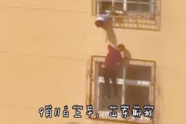 家电维修老人无防护爬上4楼防盗窗救下卡头儿童
